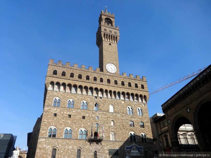 Гениальное решение: сместив дворец от уже существовавшей башни архитектор добился мощного эффекта. Правда, на площади то и дело раздаются возгласы на разных языках, о том, что башня криво поставлена.