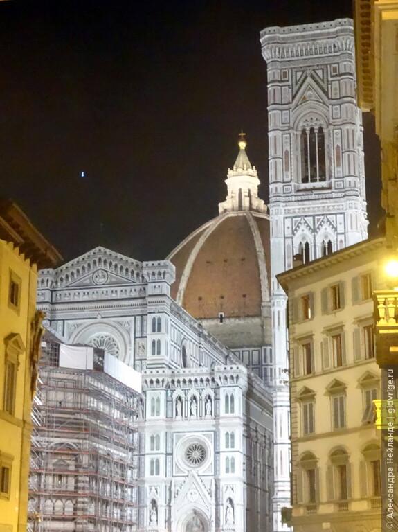 Ночная Флоренция прекрасна. Цвет ее, в основном, желтый, поэтому собор Санта-Мария дель Фьори и Кампанила Джотто светятся особенно ярко.