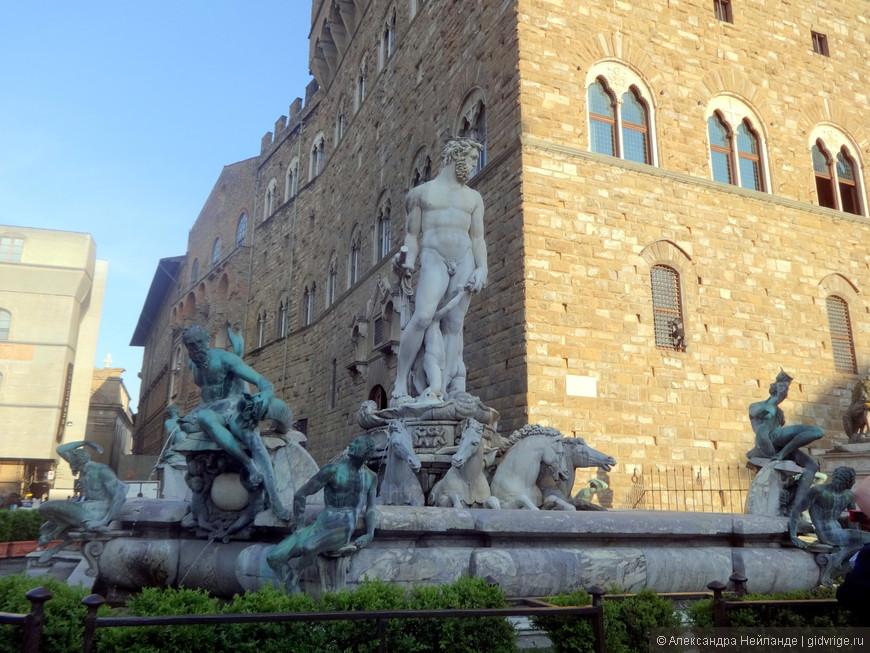 """Белый гигант - фонтан  """"Нептун"""". с лицом герцога Козимо Первого."""