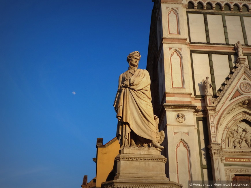 Данте везде одинаковый - серьезно-грустно-суровый поэт. В неизменном венке. Слева луна в чистом утреннем небе.