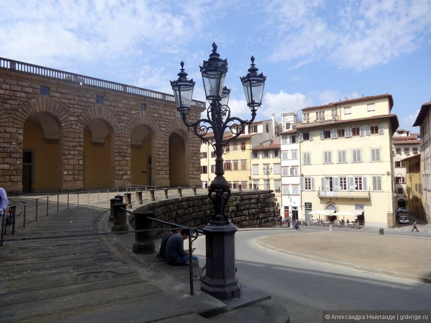 Малая часть громадного Палаццо Питти и площади перед ним.