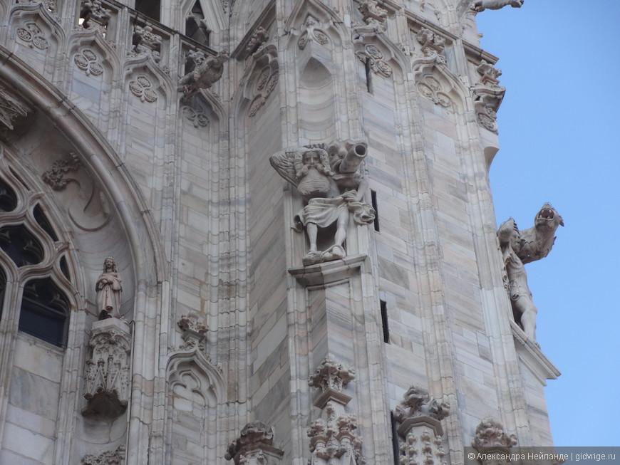 Самый большой в мире собор из мрамора - знаменитый Дуомо. Собор украшают 3500 статуй. Я увидела на открытке собора одну и решила отыскать. Как ни странно, нашла!