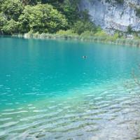 Прозрачная вода озера.