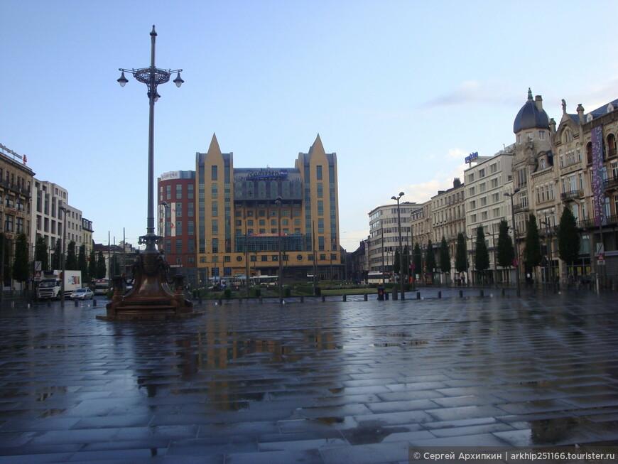 Я вышел на привокзальную площадь, моросил небольшой дождик и город еще только просыпался, на улицах было мало людей