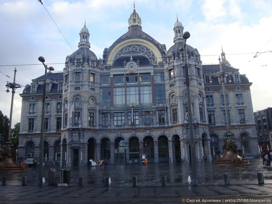 Как почти во всех европейских городах, железнодорожный вокзал ,находится почти в центре города, зная по гуглу куда мне идти я направился в в исторический центр и на набережную