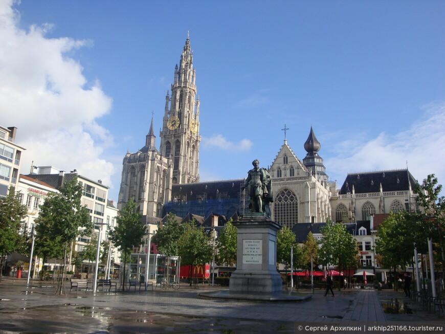 Довольно быстро вышел на главную площадь Антверпена - площадь - Groenplaats. В центре площади памятник  великому фламандскому художнику Рубенсу