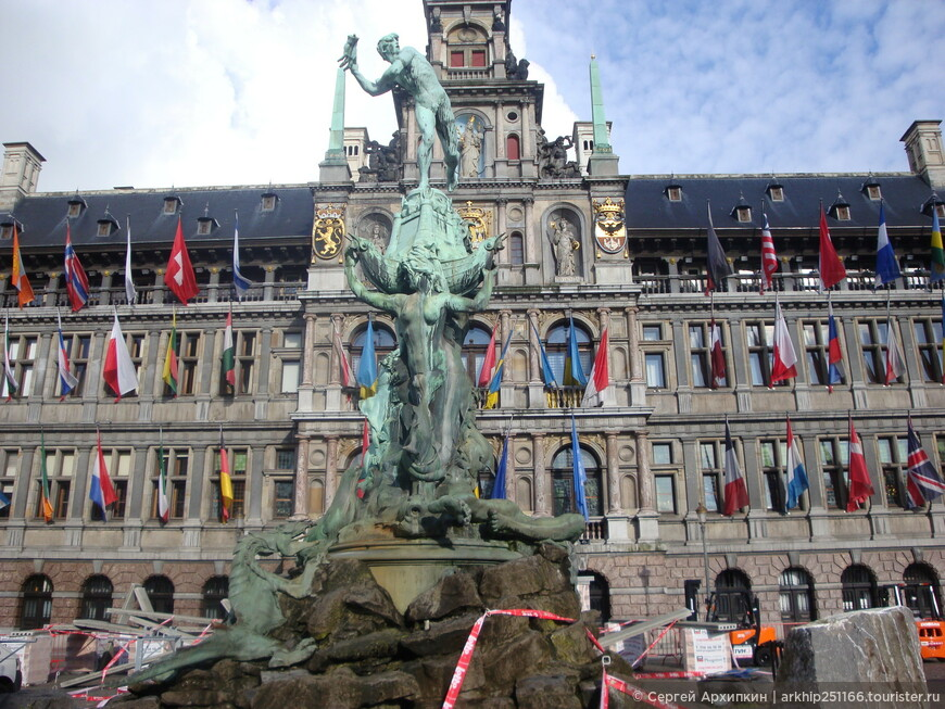 Далее я направился к другой знаменитой площади Антверпена,которая находится в пяти минутах от Кафедрального собора и называется она - Grote Markt.  На площади находится старинная ратуша .На площади шла реконструкция и трудно сделать нормальное фото. я направился к реке Шельда
