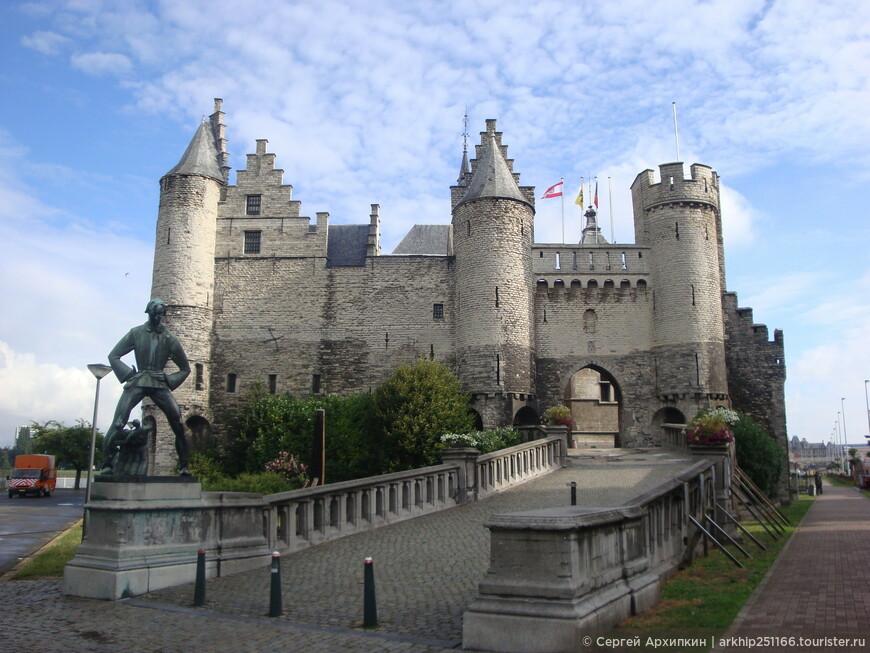 На набережной реки Шельда, находится игрушечный замок - Steen