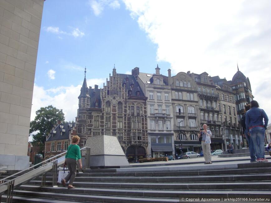Я поднялся наверх площади - если идти налево с этого места до дойдем до Королевского дворца, в который пускают только в июле и в августе, но не разрешают фотографировать внутри, а я того не люблю , к тому же не стал тратить силы,которые были у меня на исходе, после ночи в Амстердаме и я пошел направо