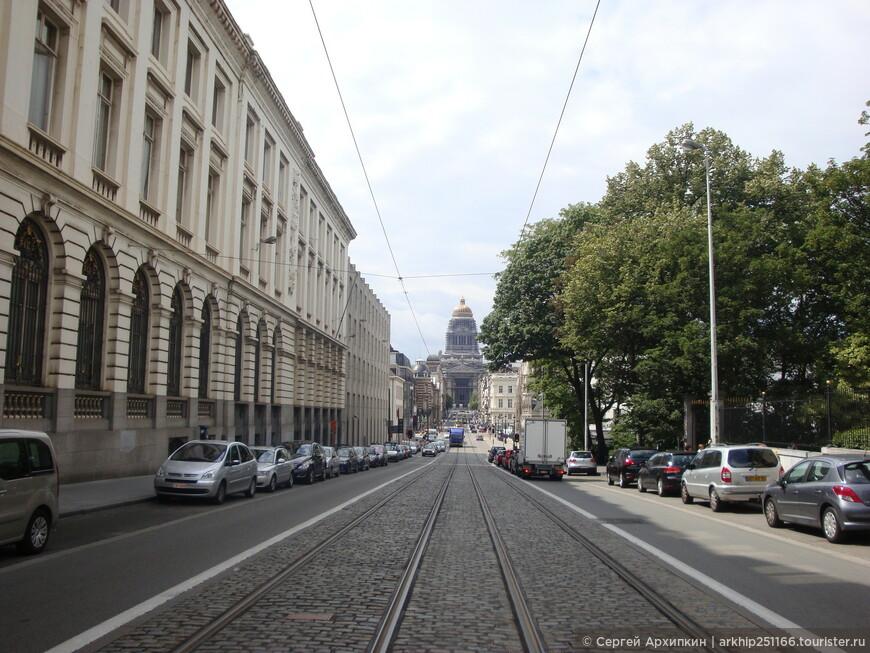 Вдали виден Дворец Юстиции ,который самый большой в Европе и который уже с десяток лет реставрируют