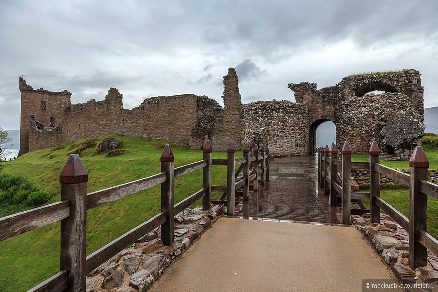 Вот мы и пришли к замку...  Расположенный на берегу озера Лох-Несс замок Уркухарт (Castle Urquhart) является одним из наиболее популярных замков Шотландии, где изучение руин замка дополняют фантазии на тему Лох-Несского морского чудовища и попытки разглядеть последнее в темной глади озера. Сам замок расположен между Fort William и Inverness, недалеко от деревни Drumnadrochit. От замка осталось не так уж много, основания, стены, первый этаж массивного входа с двумя башнями и полуразрушенный донжон высотой в несколько этажей. В XVII замок был взорван, чтобы не достаться якобистам, однако это не мешает ему до сих пор принимать желающих провести свою свою свадьбу или корпоративную вечеринку на фоне руин.