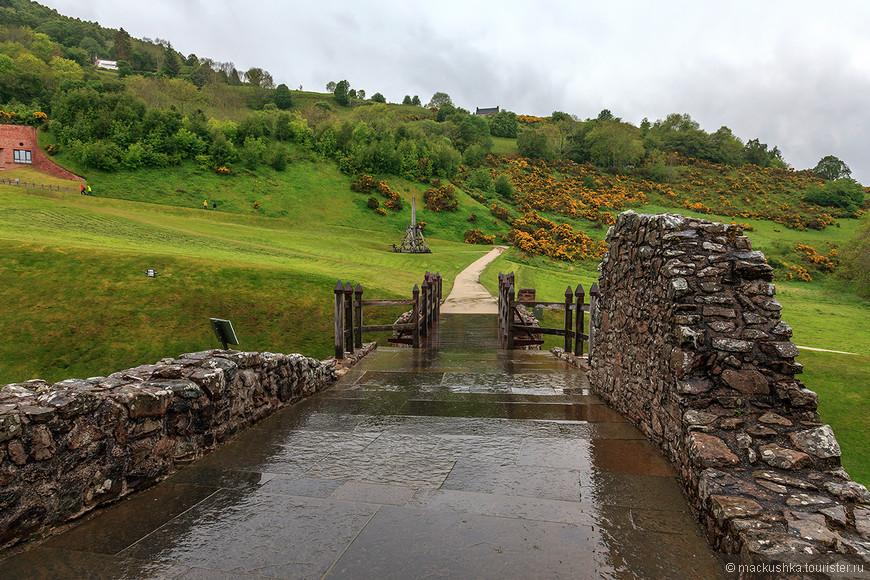 Для этого в 1229 г. земли были пожалованы семье сэра Томаса Дюрварда (Thomas Durward) и, вероятно, его сын Алан стал основателем замка. Естественая неприступность озера в сочетании с высеченным в скале рвом и плодородными землями вокруг делали это место идеальным для постройки.