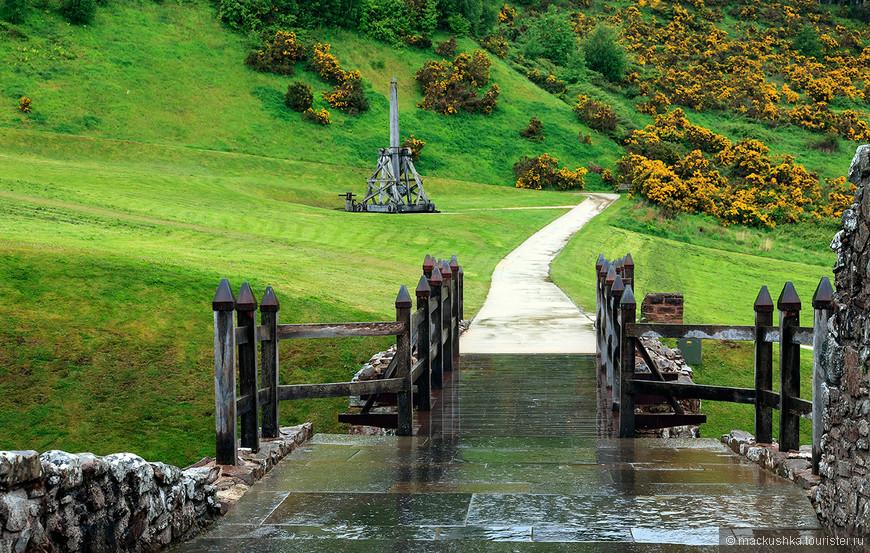 В 1275 г. Алан умер не оставив наследника, поэтому король Англии пожаловал эту землю Джон Комину (John Comyn). В 1296 г. Король Англии Эдуард I вторгся в Шотландию, и Замок Уркухарт стал одним из первых захваченных замков. После поражения англичан около Стирлинг Бридж (Stirling Bridge), Уркухарт на время перешел в руки к шотландцам, чтобы вновь пасть в 1303 г.