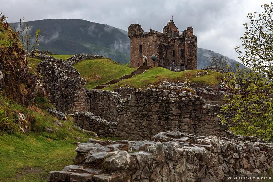 Cемья Комина все это время поддерживала короля, и потому замок был передан сэру Александр Комину (Alexander Comyn). Когда Роберт Брюс (Robert the Bruce) выдворил англичан из Шотландии Комины также были отправлены в ссылку.