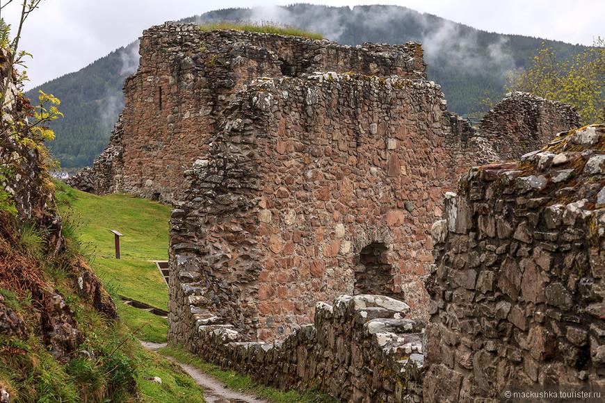 В начале XV в долина Уркухарт была под постоянным давлением со стороны клана МакДональдов. В 1479 г. сэр Дункан Грант (Duncan Grant) был послан в замок, чтобы навести порядок и принести стабильность в этот край. Он и его внук Джон добились некоторого успеха, за что им было пожаловано поместье Уркухарт в 1509 г. Одним условий получения стали укрепление замка и постройка донжона. Однако МакДональды продолжали свои набеги, поэтому строительство было отложено до их последнего рейда в 1545 г. Построенный Грантами донжон - наиболее сохранившаяся часть замка. С ее вершины открывается эффектный вид на окрестности, в том числе и на озеро.