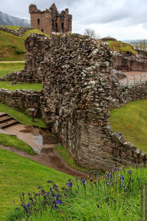 Замок не был восстановлен. До 1912 года он находился в собственности клана Грантов, сейчас он принадлежит Национальному фонду Шотландии. Как и озеро Лох-Несс, на берегу которого он расположен, замок – популярнейшая туристическая достопримечательность Шотландии, в год его посещают до 300 000 человек.