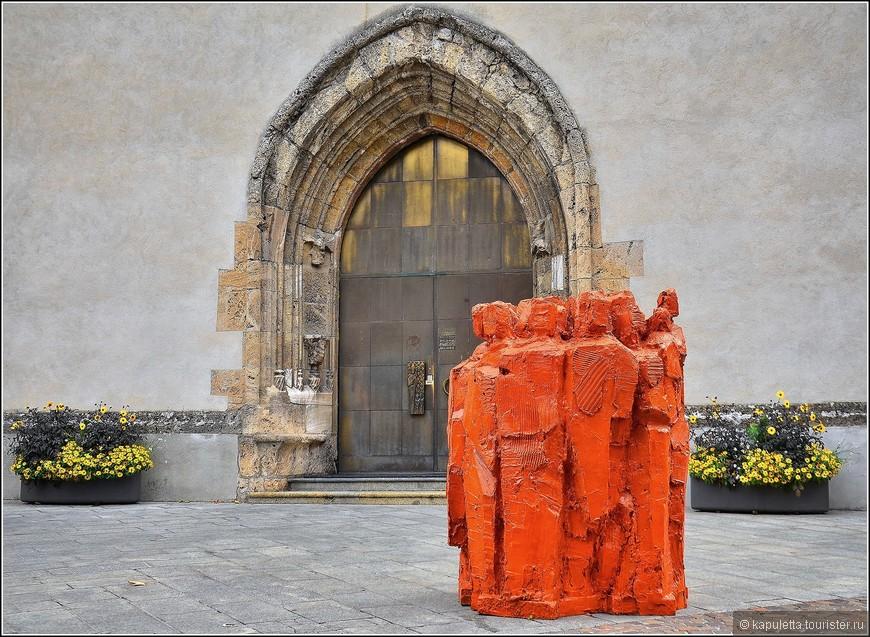 """Cathédrale Notre-Dame-du-Glarier  Этот кафедральный собор  был перестроен в 15 веке, однако колокольня в романском стиле сохранилась неизменной и датируется 11-13 веками.  Внутри собора стоит взглянуть на триптих на позолоченном дереве, называемый """"древо Иессея"""". """"Древо Иессея"""" - генеалогическое древо Христа от прапредка Иессея. Согласно ветхозаветному пророчеству, Мессия должен был явиться из рода Давида и Иессея.  Кафедральный собор знаменит также своими колоколами, которые отбивают каждую четверть часа и практически повторяют звуки Биг-Бена в Лондоне. Хотя бас колокола немного выше и придает всему музыкальному ансамблю несколько печальный тон.  Адрес: rue de la Cathédrale, 13"""