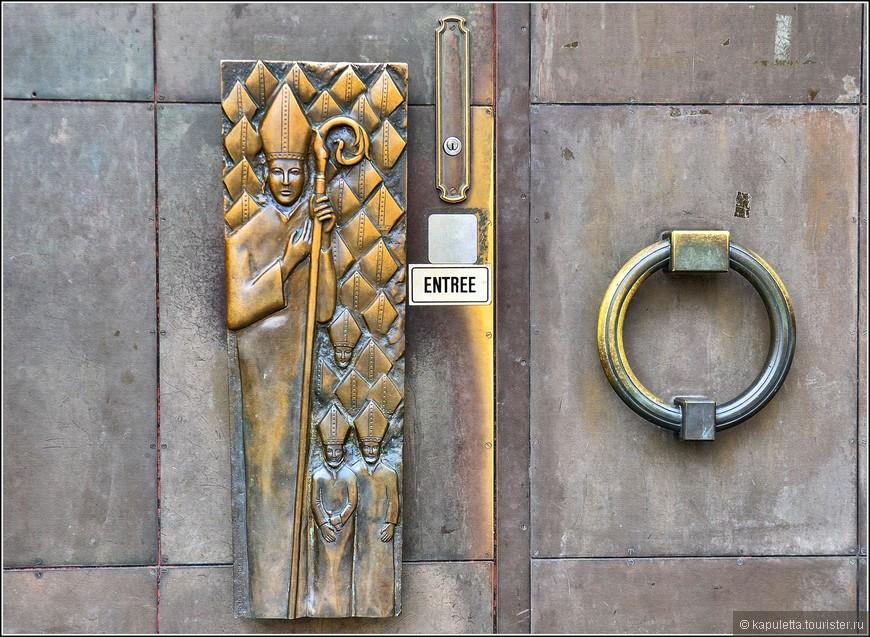 Как и в храмах Германии, в глаза бросаются восхитительные  монументальные ручки!