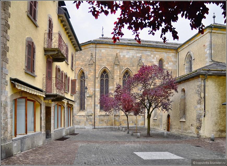 После осмотра собора, несмотря на усиливающийся дождь, мы направились на осмотр самого главного достояния Сьона - его двух замков...