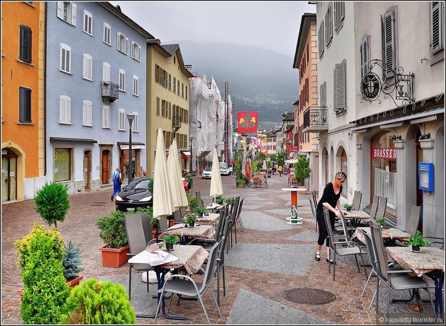 Двигаясь от Place de la Planta по Rue de Lausanne,  мы оказались   на Rue du Grand-Pont - центральной улице старого города, расположившегося у основания двух холмов с замками.