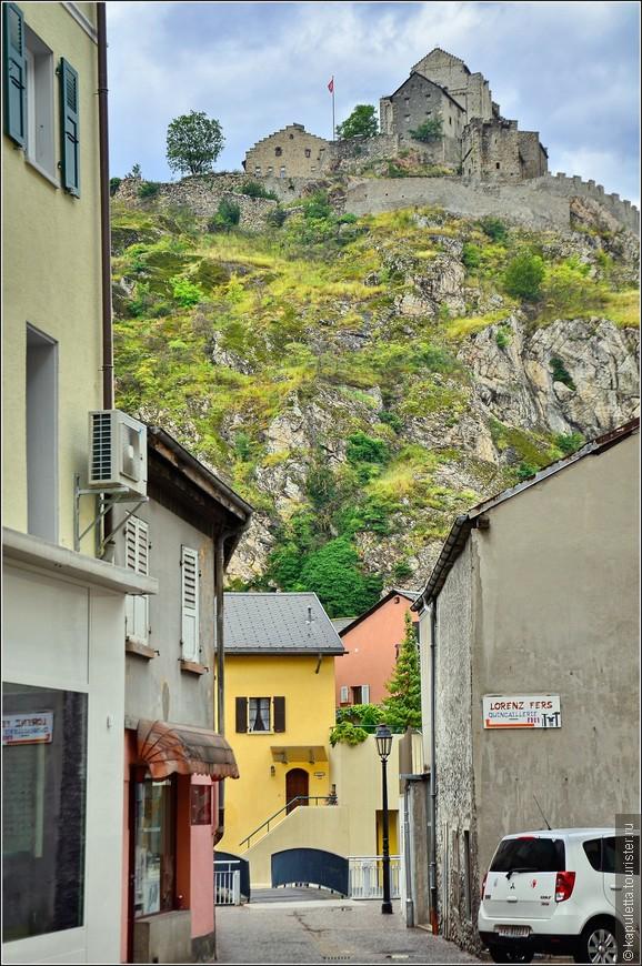 Среди средневековых епископских резиденций Швейцарии Сьон несомненно занимает особое место. Никакое другое епископство не производит столь сильного впечатления, как средневековые замки и оборонительные сооружения Сьона. Настоящими символами этого места являются крепости Валер и Турбийон, которые расположились на крутых склонах двух скалистых гор.