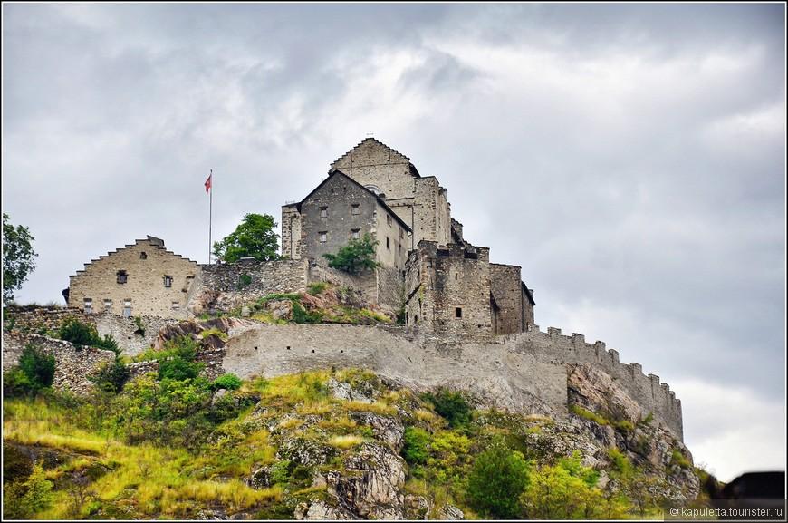 """Château de Valère - наиболее интересный и более сохранившийся из двух замков."""" Валерик,"""" ласково обозвали мы его. Базилика Валер разместилась на крутом мысе высоко над городом. Добраться до нее можно пешком, около 500 метров на восток от Кафедрального собора по улице rue des Chateaux."""