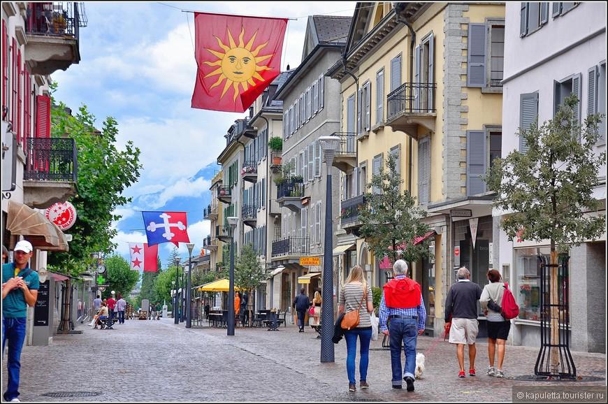 Мощеные камнем улицы, аккуратные дома, красочные флаги, отрытые кафе - создают атмосферу старины и уюта.