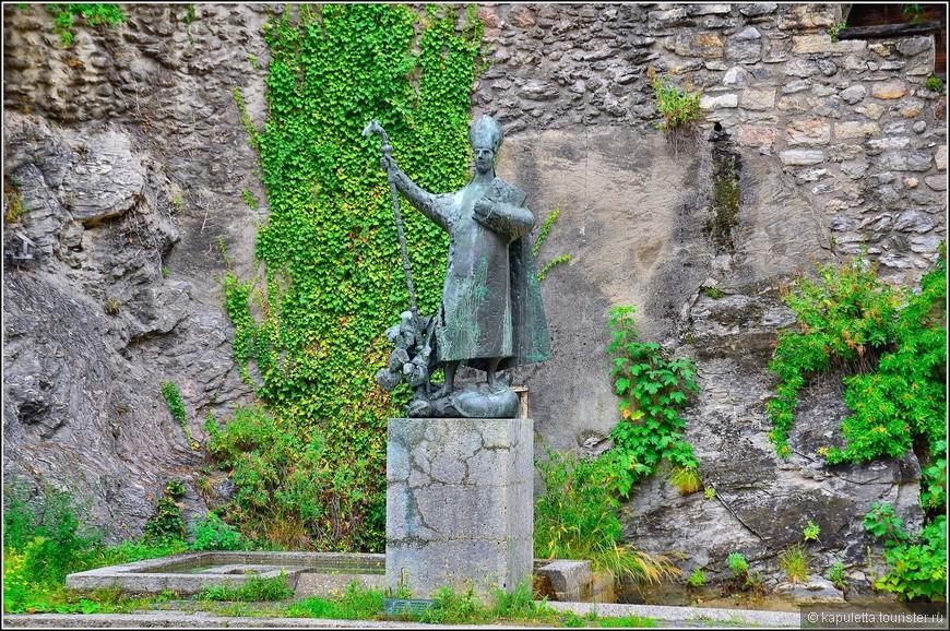 Памятник Святому Феодулу (Saint Theodule) - покровителю Сьона. Рядом находится музей искусств кантона Вале (Musee Cantonal des Beaux-Arts) и музей археологии (Musee Cantonal d'Archeologie)