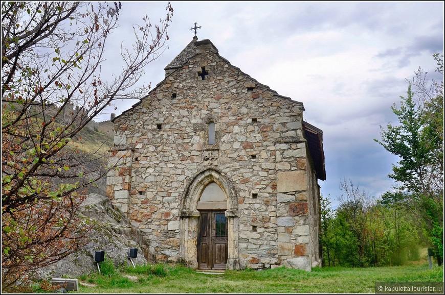 Взобравшись на замковый холм мы  оказались  перед крохотной часовенкой Chapelle de Tous-les-Saints (построенной в 1310 г и, к сожалению, закрытой для туристов) и массивными римскими стенами фундамента, оставшимися от церкви.