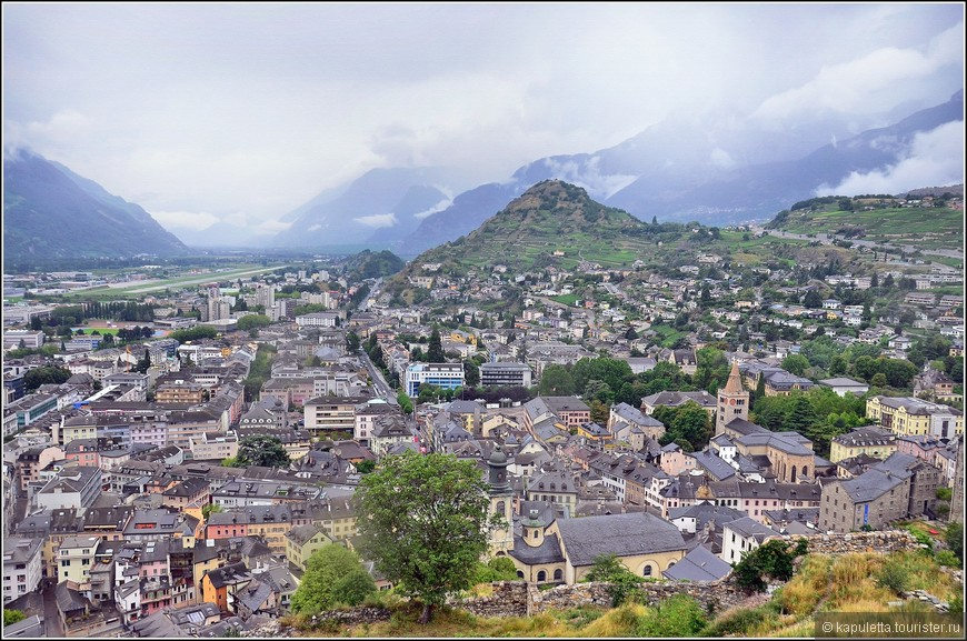 """Что издавна привлекало сюда людей, так это очень живописное расположение в долине, между гор и холмов. Считается, что местные жители очень неприветливы, неразговорчивы и мрачны,  их называют """" Seduinos"""", и виды города многие считают хмурыми и пугающими. Не знаю. Мы гуляли по этому городу в сильный дождь, но пугающими я бы эти пейзажи не рискнула назвать..."""