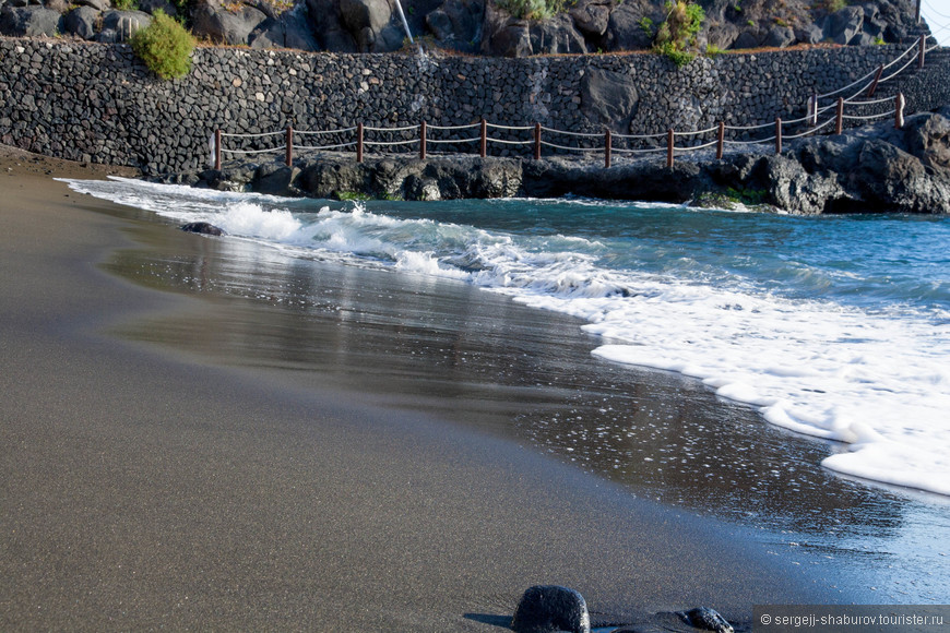 Черный песок пляжа  Playa Chica.