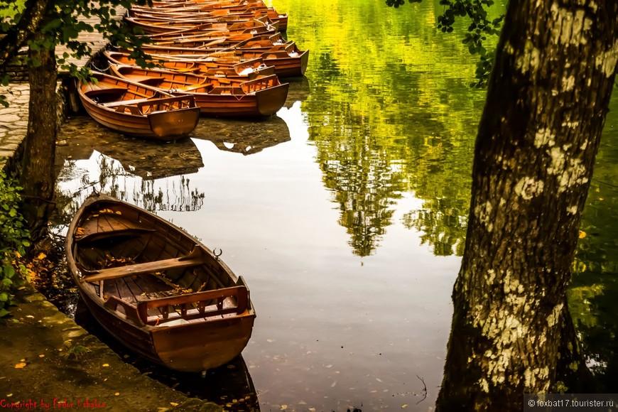 Для тех кто хочет сделать самостоятельную прогулку по одному из озер к услугам удобные лодочки.