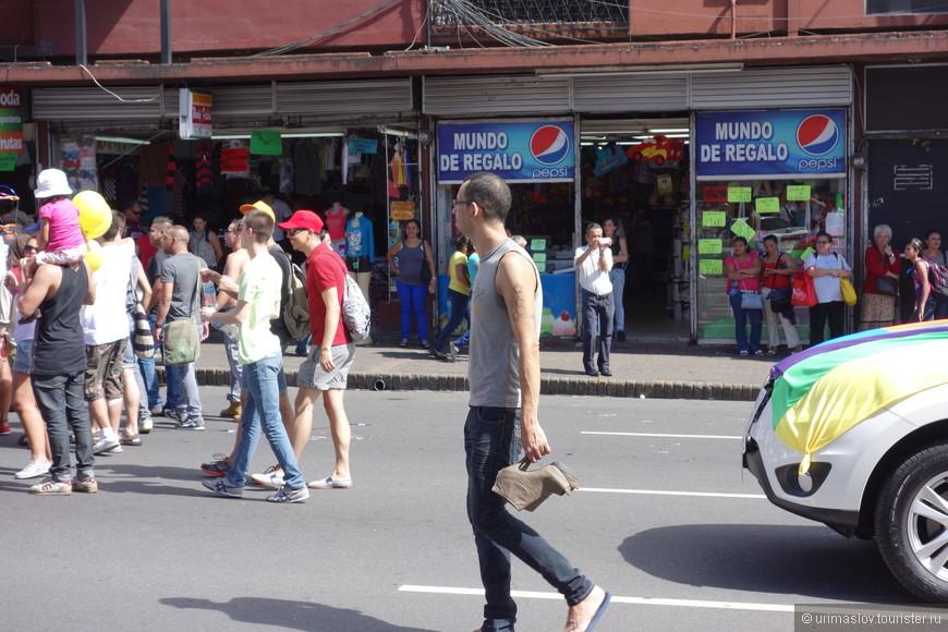 """Гей парад в Сан Хосе. Кто не переодевался в забавные или странные наряды, но хотел поддержать это """"движение"""", то нес в руке обувь на каблуках. Наверное, это что-то символизирует."""