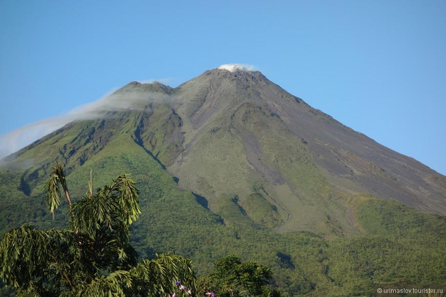 Вулкан Аренал. На сам вулкан туристов не пускают.  Он действующий. И недавно действующий.