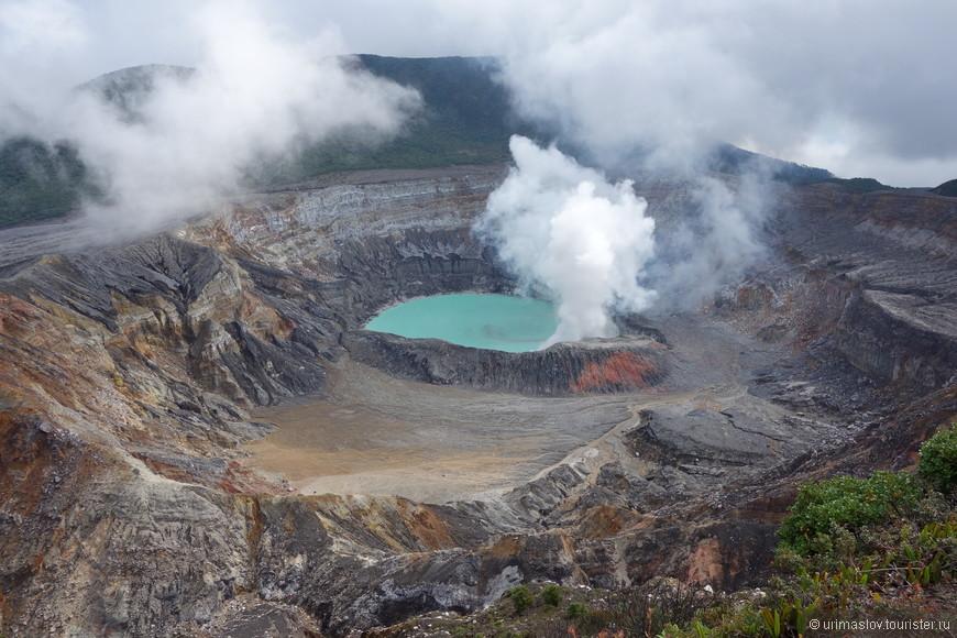 Кратер вулкана Пояс. Нам повезло и на короткое время кратер очистился от вонючего дыма и испарений. И стало видно кислотное озеро в кратере.