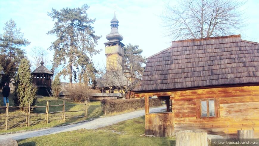 В целом территория выглядит как деревня.Каждый экспонат уникален.Здесь размещены хаты,которым более 250 лет.