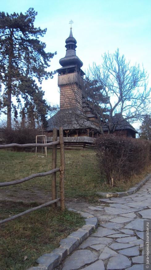 Михайловская церковь с большой башней-колокольней считается изюминкой деревни.Самое интересное-она построена без единого гвоздя.