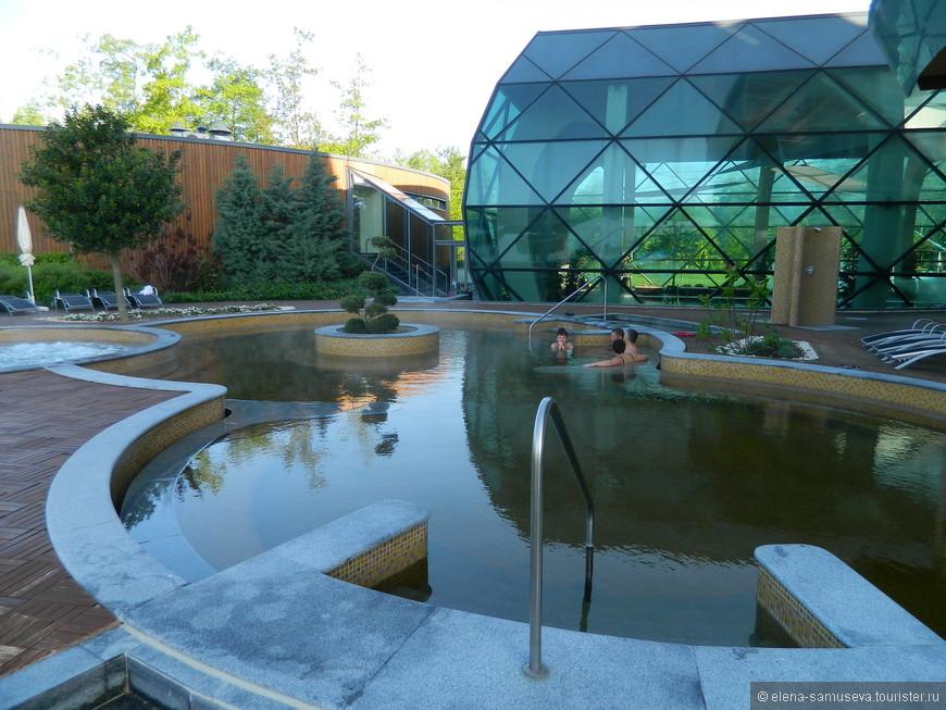 Это горячий бассейн с минеральной водой
