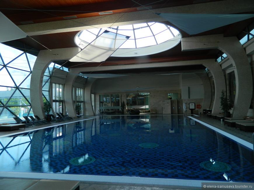 Это закрытый бассейн для спортивного плаванья