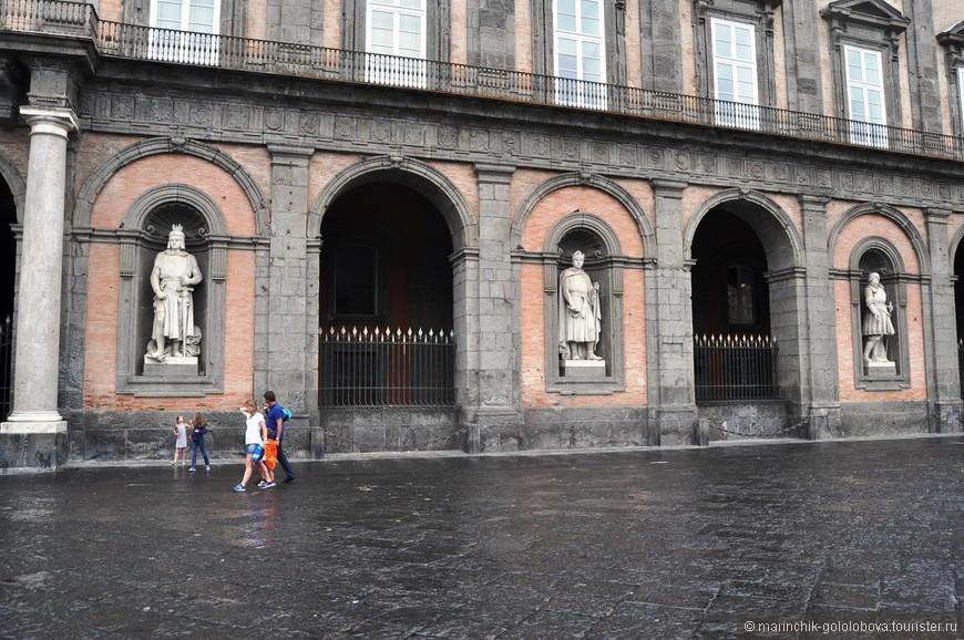 Пьяцца-дель-Плебисцита или Площадь Муниципалитета — центр Неаполя и самая большая площадь города.