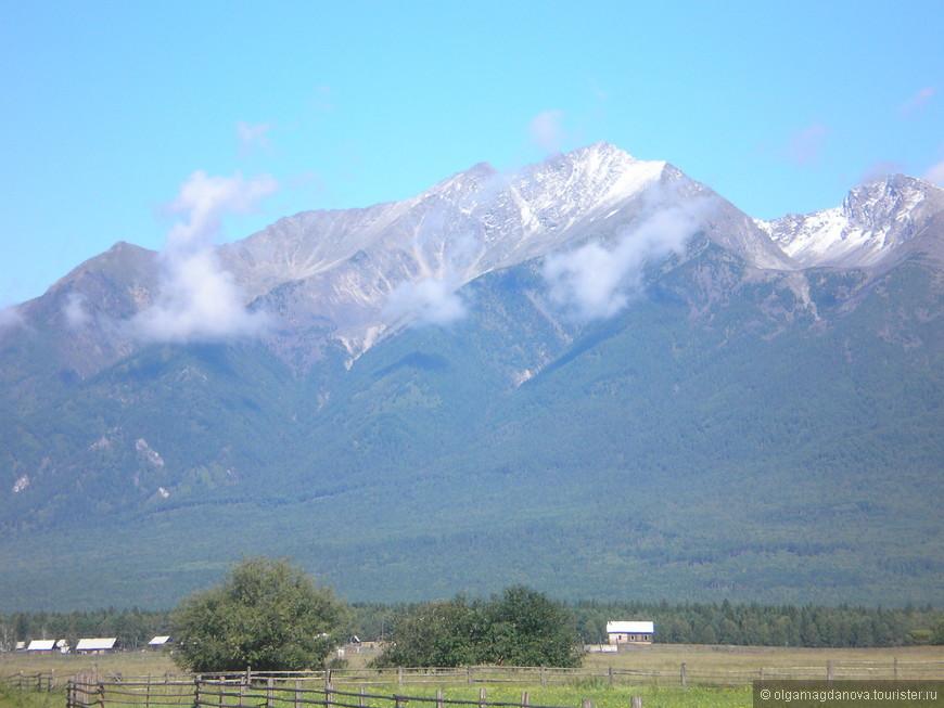 Снег на горных вершинах обычно лежит круглый год.