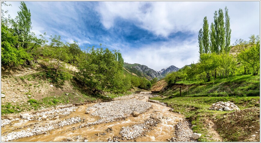 В горных ручьях воды пока мало,снега в высокогорье ещё не расстаяли.