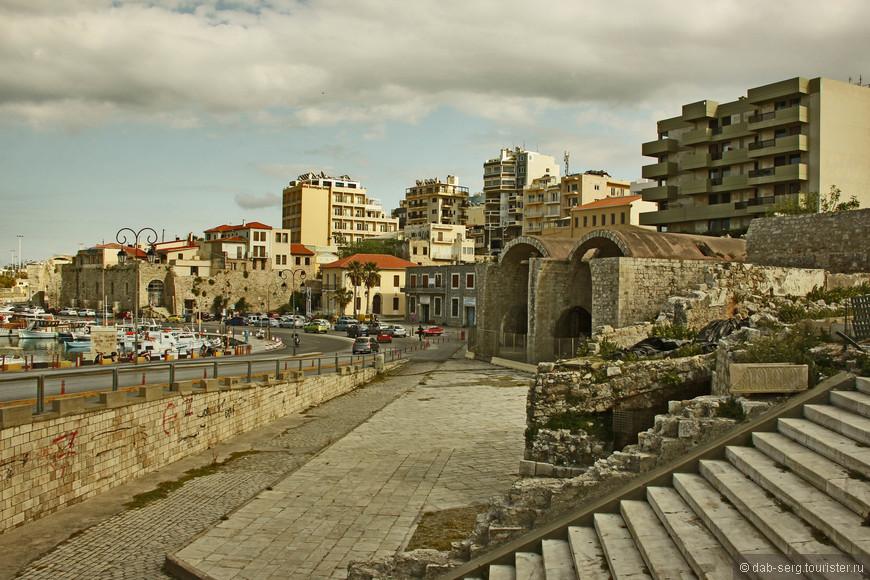 На набережной, на её нынешнем местоположении, напротив Крепости Кулес располагаются судоверфи (Arsenali), в которых строились и ремонтировались корабли.
