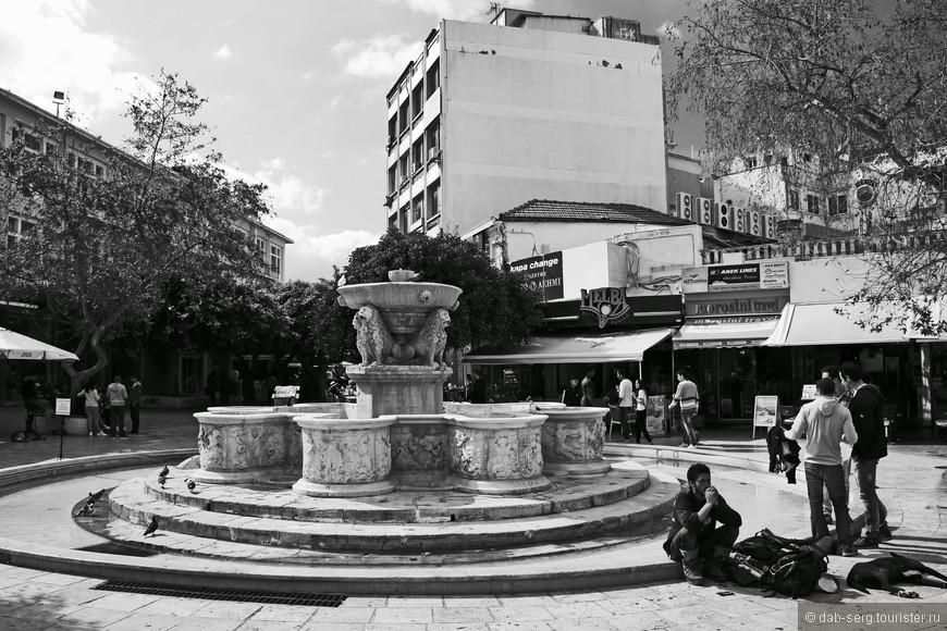 Город Ираклион стал столицей не так давно - в 1972 году. До этого, столицей Крита был город Ханья на западе острова. Сам город не обладает тем очарованием, что Ханья и Ретимно, потому что в период Второй Мировой Войны был разрушен в результате массированных бомбардировок. Но, не смотря на это, городу удалось сохранить такие достопримечательности как: Крепость Кулес, Кафедральный собор Святого Мины, Собор Святого Тита, церковь Святой Екатерины, некогда главный монастырь Ираклиона - Монастырь Святого Петра и Павла, датируемый XIII в., Лоджия (Благородное собрание времён Венецианского правления),