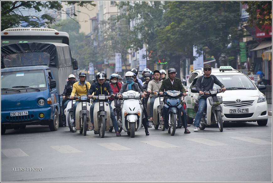 Что мы чувствовали, когда попали в Ханой? Во-первых, надо сказать, что этот город точно имеет свое собственное лицо. Он не похож на другие крупные города. Хотя какую-то параллель с Пекином я бы провел. Видимо, годы социализма сказались на обеих этих столицах.  На этом фото - типичная уличная картина города.