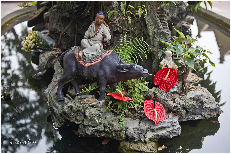 Вот такие скульптурки и обязательно расположенные на берегу малюсеньких водоемов, - очень характерны для Вьетнама. Эта стран очень тесно связана с водой. Мы это почувствовали на себе - ни в одной другой стране так много не плавали по рекам и озерам..., Сдержанный Ханойский колорит (Вьетнам)