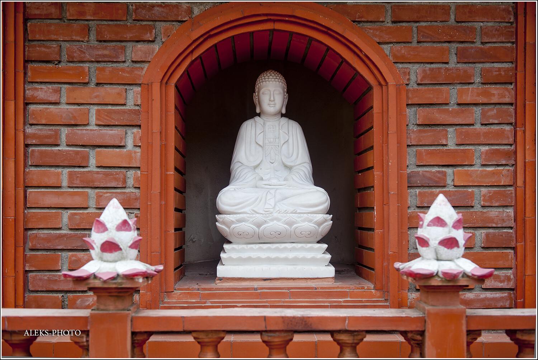 Мраморные изваяния. Вьетнамцы очень преуспели в их изготовлении. В отдельных монастырях в глазах рябит от километровых рядов вот таких божков. И зачем так много, не понятно? Благо, тут - все в меру. У каждого бога свой маленький домик..., Сдержанный Ханойский колорит (Вьетнам)
