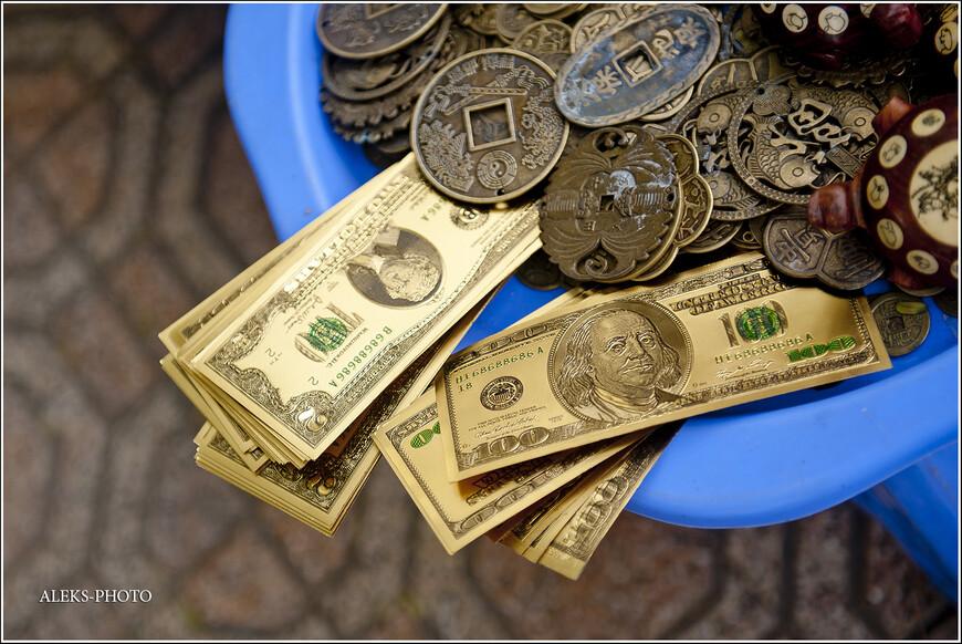 Возле многих вьетнамских храмов вы можете увидеть продающиеся пачки, имитирующие денежные купюры разного достоинства, как местные донги, так и баксы. Но вот самое интересное, что вьетнамцы считают, что боги не умеют отличать деньги фальшивые от денег настоящих. Таким образом, местные жители и туристы покупают пачки макулатуры и кладут все это в виде подношения богам.