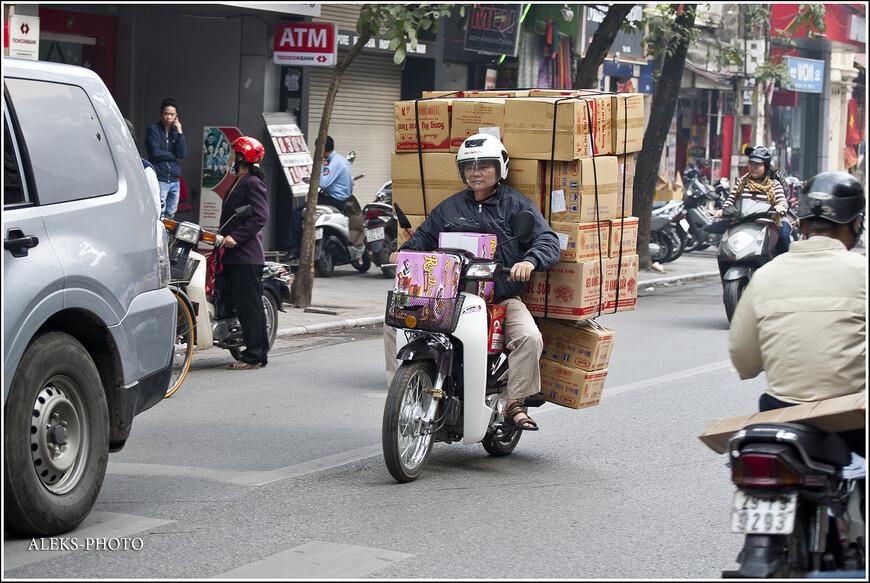 Перевозить самые немыслимые грузы на мотоциклах - национальная особенность вьетнамцев. У них по местному телевидению даже есть передача, в которой показывают видео и фото, посвященные этой теме.