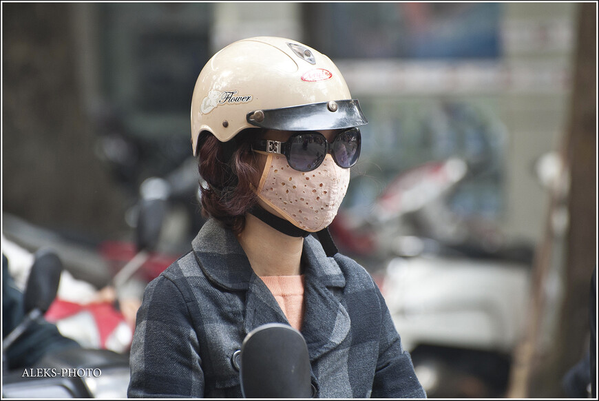 А вот он - типичный портрет жительницы Ханоя. Благо, хоть они не вымазывают лицо белым, как это делают жители Бирмы. На самом деле, вьетнамки очень даже симпатичные. Но вот эти маски делают из них каких-то зомби. У меня даже был порыв, купить такую маску на память - они продаются всех возможных фасонов и расцветок. И думаю все-таки смог - не главная причина ношения этого аксессуара. Если кто-то из вас, друзья, знает версии ношения масок, буду рад их услышать...